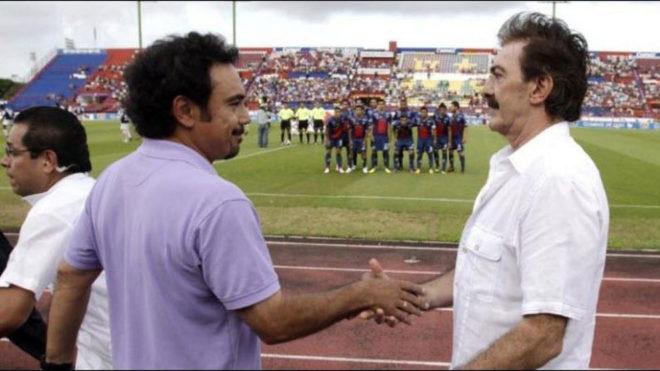 Hugo Sánchez y Ricardo La Volpe se saludan.