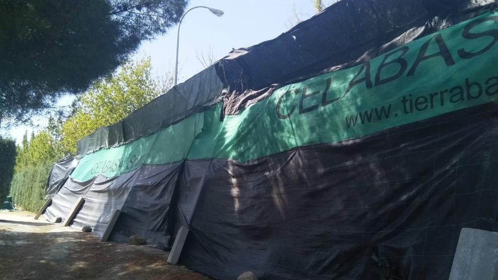 'Muro' que ha tenido que levantar el torneo del club Brezo Osuna para protegerse de los apostadores