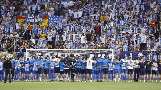 Los jugadores del Málaga agradecen el apoyo a la afición.