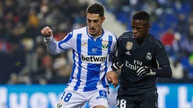 Sabin Merino disputa un balón con Vinícius.