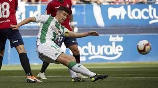 Quintanilla golpea el balón en un partido con el Córdoba.