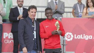 Ibra recoje el trofeo al máximo goleador de la mano de José Ramon De...