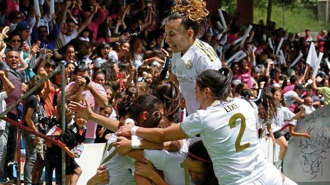 Fotomontaje de las jugadores del CD Tacón con la camiseta del Real...