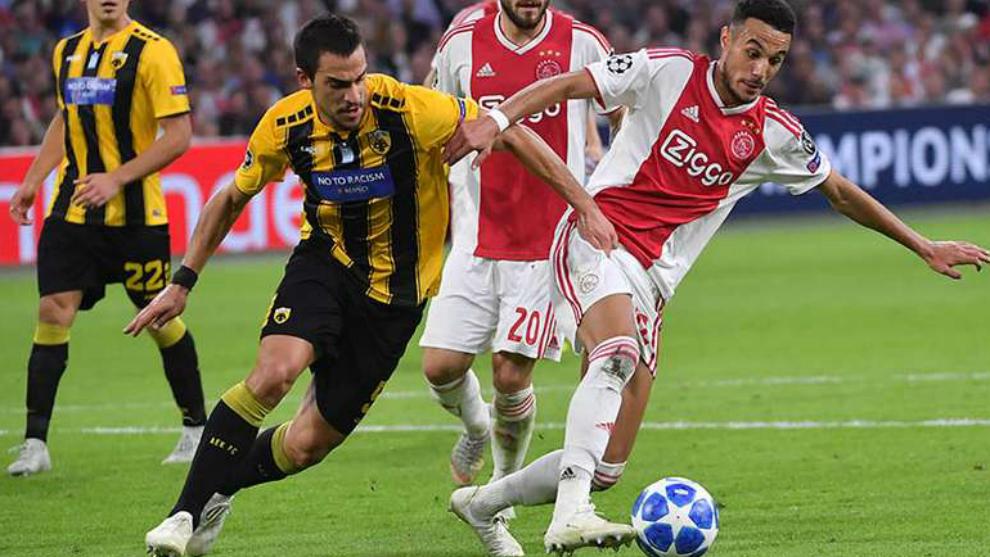 Lampropoulos (izquierda), puja un balón con un jugador del Ajax.