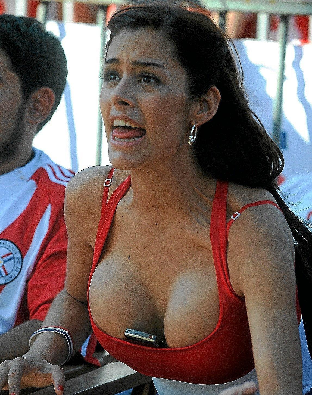 Larissa Riquelme y su móvil: La foto que la convirtió en la Novia del Mundial 2010