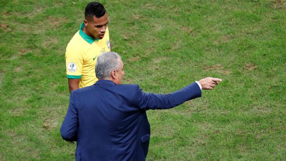 Tite (58) habla con Alex Sandro (28) en el partido Brasil-Paraguay.