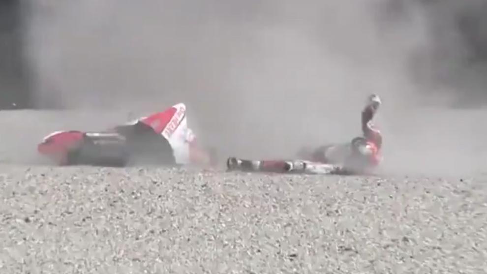 Pratama, tendido en el suelo tras caerse.