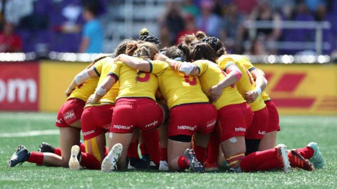 Piña de la selección española femenina de rugby 7 durante un...