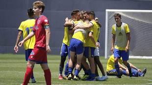 Los jugadores del Cádiz B celebran el triunfo de 'playoffs'...
