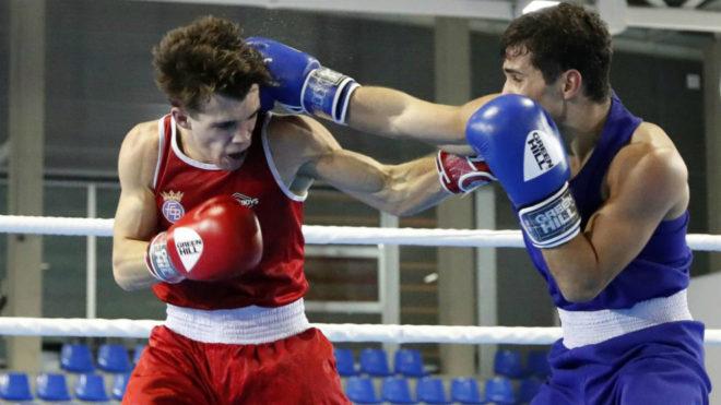 Gabriel Escobar, a la izquierda, durante un combate.en los Campeonatos...