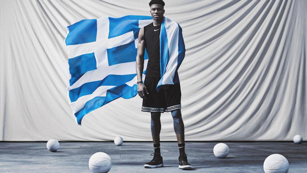 Giannis Antetokounmpo posa con una bandera griega durante la...