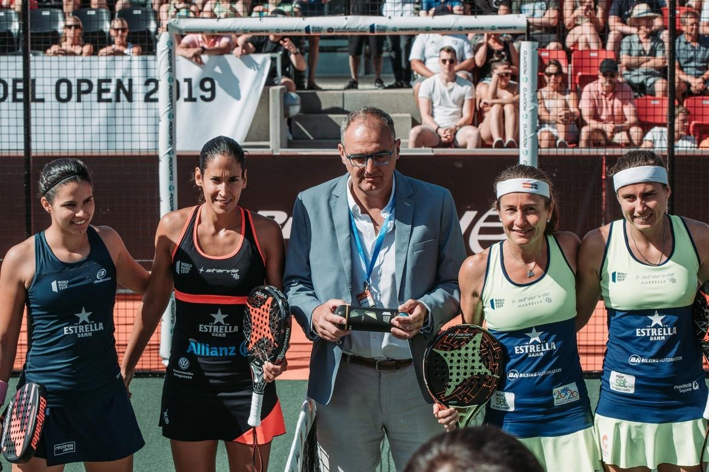 Majo Sánchez Alayeto y Delfina Brea junto a Carolina Navarro y...