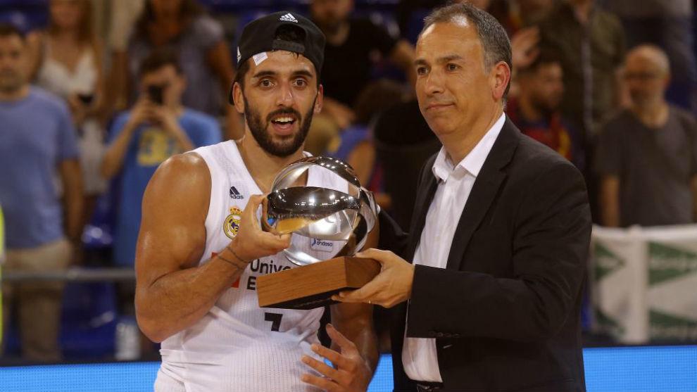 Facundo Campazzo recibe el galardón como MVP de la final de la Liga...