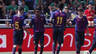 LOs jugadores del Barça celebran el gol de Yamal.