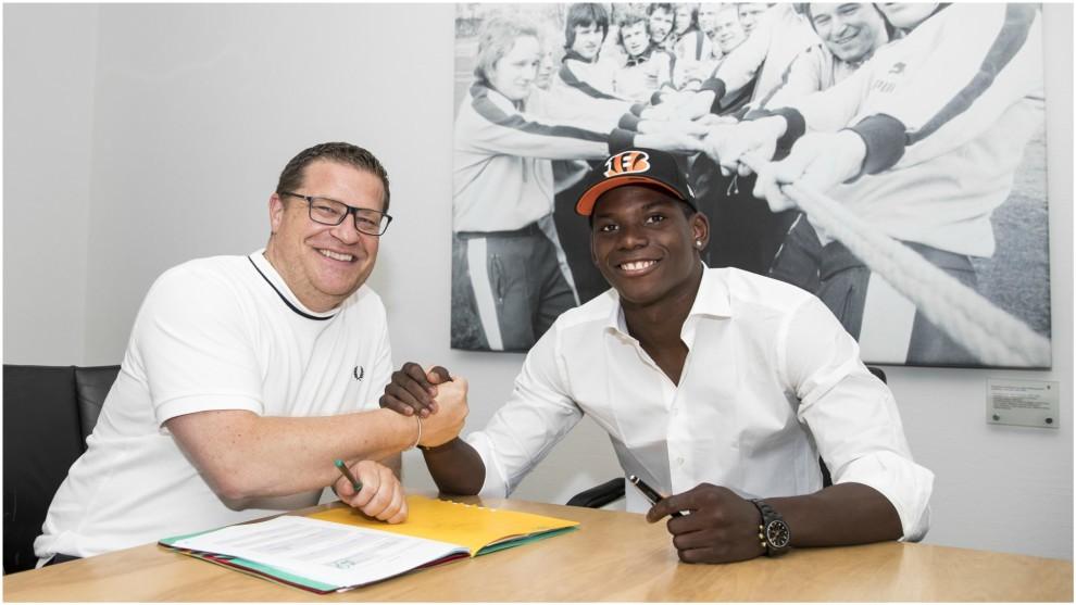 Embolo firma su contrato con el Gladbach.