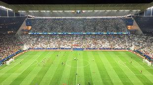 Colombia, a la izquierda de la imagen, salió a calentar cuando Chile...