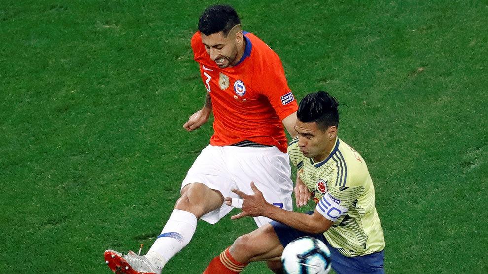 Maripán pugna con Falcao durante el Colombia-Chile