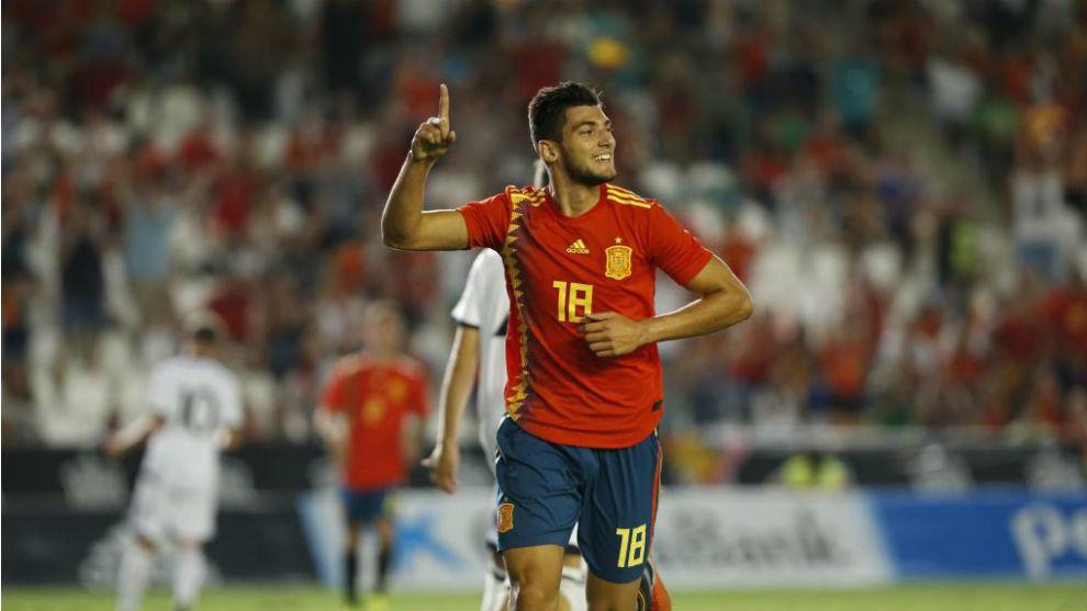 Rafa Mir celebra un gol con la selección Sub 21.
