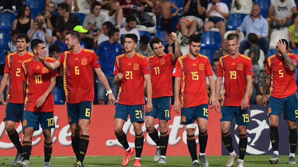 Los jugadores de España celebran el gol de Oyarzabal a Francia.