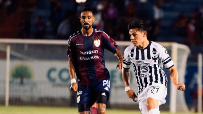 Ponchito González conduce el esférico.