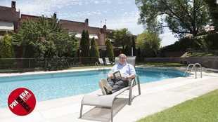Alfredo Relaño junto a la piscina de su urbanización a las afueras...