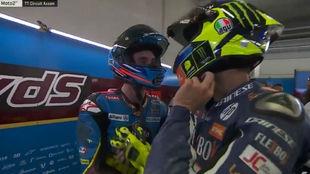 Márquez charla con Baldassarri en el box tras la carrera.