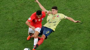 Stefan Medina, en una pugna con Alexis durante el Colombia-Chile