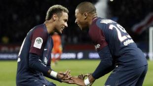 Neymar y Mbappé celebran un gol con el PSG de esta última temporada.
