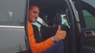 Rabiot posa a su llegada a Turín.