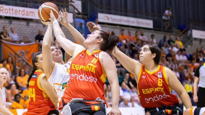 Vicky Pérez y Beatriz Zudaire tratan de arrebatar el balón a una...