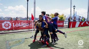 Los jugadores del Barça celebran un gol en la final.