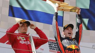 Verstappen y Leclarc en el podio de Austria.