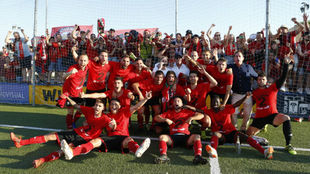 Los jugadores del Mirandés celebran el ascenso delante de su afición...