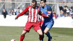Cristóbal apretando a Keidi Bare, durante un partido del Fuenlabrada...