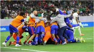 La selección de Haití celebra su pase a semifinales frente a...