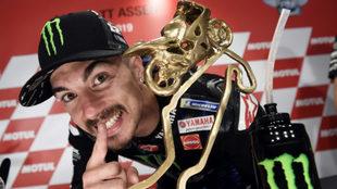 Maverick Viñales, con el trofeo de campeón en Assen (Holanda).