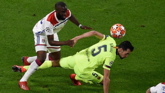 N'Dombele intenta superar a Busquets en el Lyon-Barcelona de la...