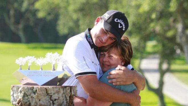 Christiaan Bezuidenhout se abraza con su madre tras ganar.