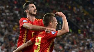 Fabián y Dani Olmo celebran el segundo gol de España.