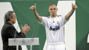 Benzema saluda a la afición ante Florentino Pérez el día de su...
