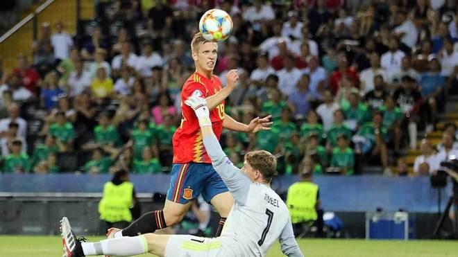Dani Olmo pica por encima de Nübel para marcar el segundo gol de...