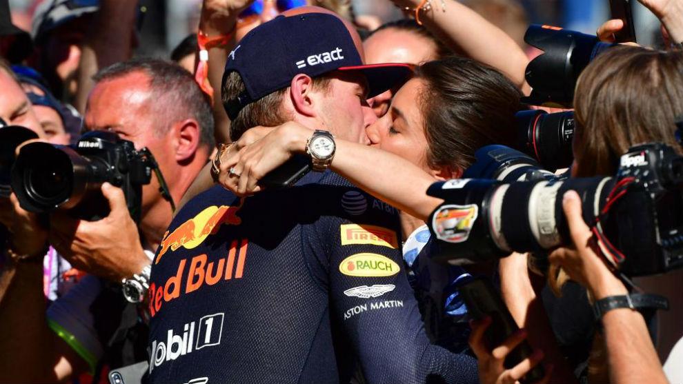 Verstappen, besando a su novia tras la victoria en Austria.