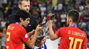 Vallejo y Ceballos cogen el trofeo de campeones del Europeo sub 21.