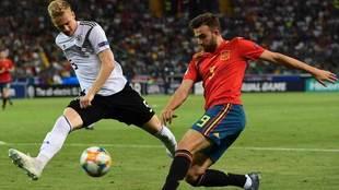 Mayoral centra el balón en la final contra Alemania.