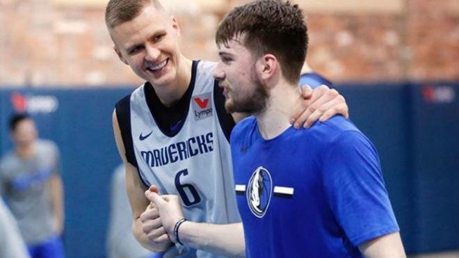 Luka Doncic y Kristaps Porzingis serán los encargados de liderar a...