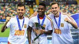 Ceballos, Junior y Fabián, con el trofeo del Europeo sub 21
