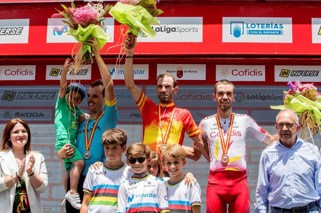 GRAF6806. MURCIA, 30/06/2019.- El ciclista murciano del equipo Movistar Team Alejandro <HIT>Valverde</HIT> (c) primer clasificado en el Campeonato de España de Ciclismo, acompañado del segundo clasificado Luis León (i) y el tercer clasificado Jesús Herrada (d) durante la prueba del Campeonato de España de Ciclismo, disputado este domingo en Murcia. EFE/Marcial Guillén