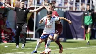 Isaac Carcelén ante Javi Lara en el partido del Majadahonda frente al...
