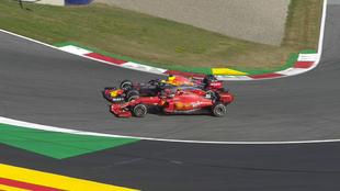 Verstappen, en el momento de superar a Leclerc.