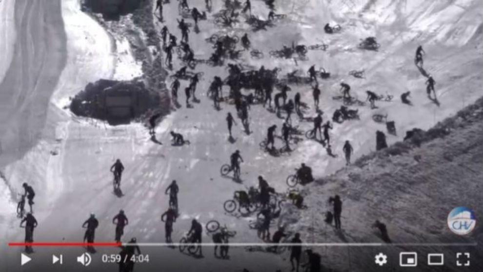 Choque masivo de los ciclistas durante la salida del Mountain of Hell...